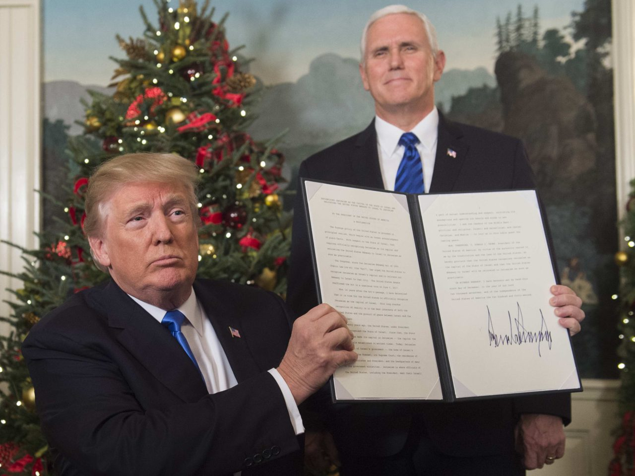 Trump signs Jerusalem (Saul Loeb / AFP / Getty)