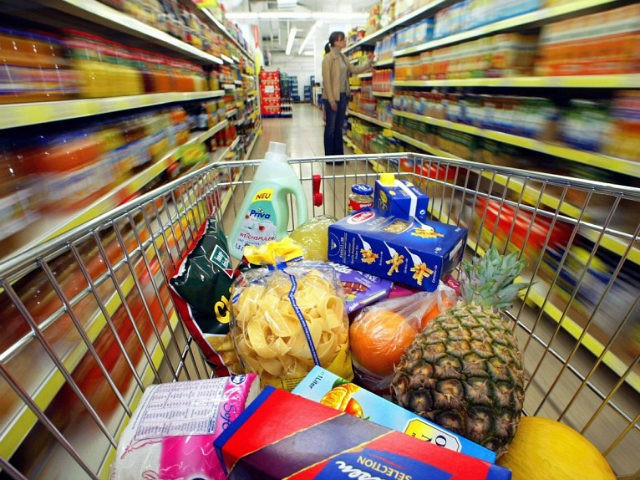 dpa) - A shopping cart with groceries and household supplies stands in a supermarket in Duesseldorf, Germany, 14 January 2003. Despite the expected 'Teuro' effect ('teuer' means 'expensive'), prices only increased by 1.3 percent in Germany. According to the Federal Statistical Office, inflation rates in the first year of the …