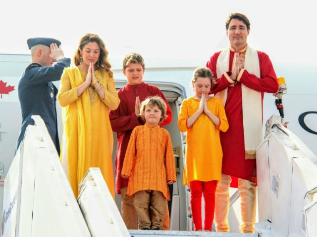 1ls69a_canadian-prime-minister-justin-trudeau-his-family-pose-photo-as-arrive