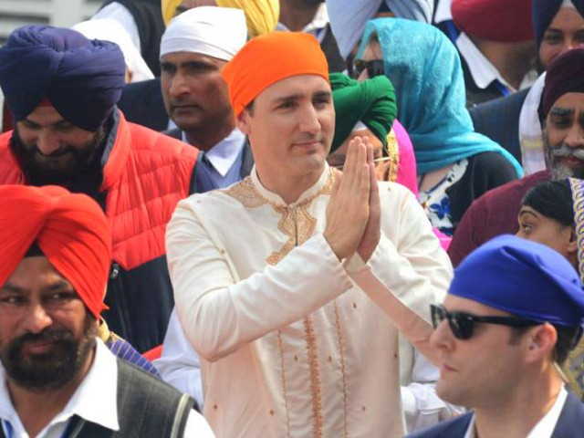 Canadian Prime Minister Justin Trudeau (C) pays his respects at the Sikh Golden Temple in Amritsar on February 21, 2018. Trudeau and his family are on a week-long official trip to India. / AFP PHOTO / NARINDER NANU (Photo credit should read NARINDER NANU/AFP/Getty Images)
