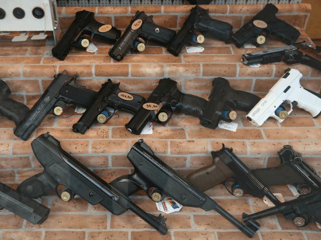 As armas de ar ficam expostas na vitrine de uma loja de caça e armas em 25 de fevereiro de 2016 em Bremen, na Alemanha.