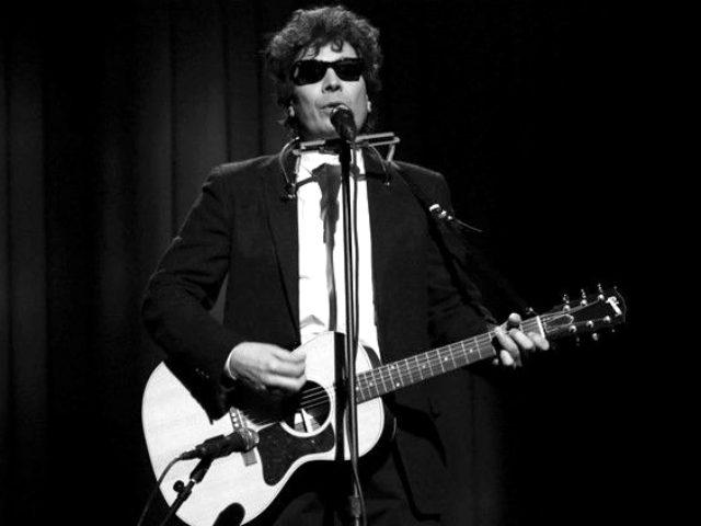 Jimmy Fallon transforms into Bob Dylan to criticize Trump