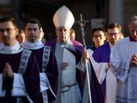 Pope Francis (C) leaves the Basilica of SantAnselmo in a procession to the Basilica of Santa Sabina before Ash Wednesday mass which opens Lent, the forty-day period of abstinence and deprivation for Christians before Holy Week and Easter, on February 14, 2018 in Rome. / AFP PHOTO / Filippo MONTEFORTE …