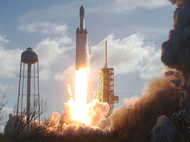 SpaceX Falcon Heavy (Joe Raedle / Getty)