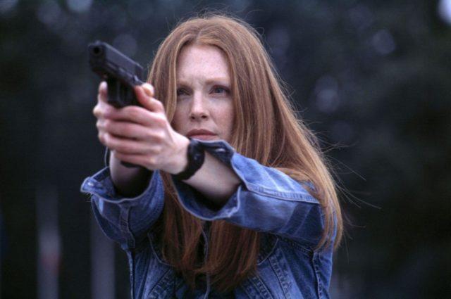 Julianne Moore as Clarice Starling fires a Glock 17 in Hannibal (2001, Metro-Goldwyn-Mayer).