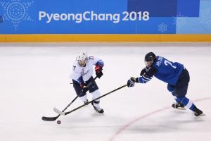 USA hockey's Lamoureux-Davidson nets two, breaks Olympic record