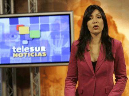 Marcela Heredia, conductora de la cadena de Televisión venezolana TELESUR, antes de ir al aire en esta imagen del 31 de octubre de 2005.