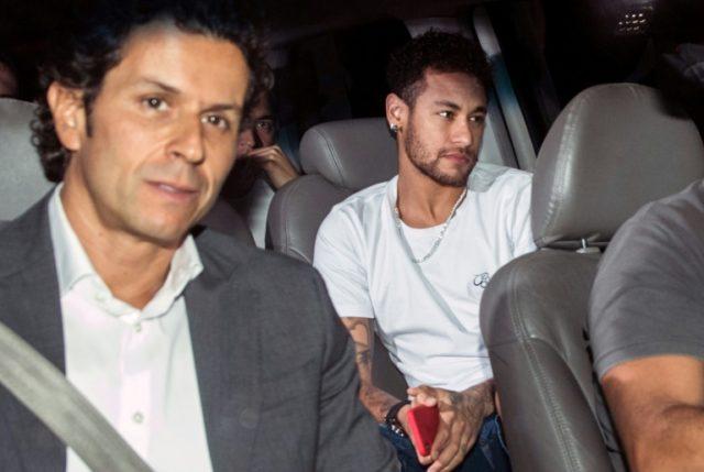 Neymar returned to Brazil to be treated by Rodrigo Lasmar.