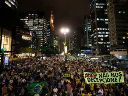 Demonstrators against former Brazilian President Luiz Inacio Lula da Silva hold a rally demanding he must be jailed, in Sao Paulo, Brazil on April 03, 2018. Tensions ran high Tuesday in Brazil ahead of a Supreme Court ruling on whether former president Luiz Inacio Lula da Silva should start a …