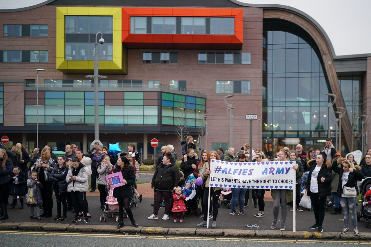 LIVERPOOL, ENGLAND - APRIL 13: People protest outside Alder Hey Hospital where terminally ill 23-month-old Alfie Evans is being cared for on April 13, 2018 in Liverpool, England. Tom Evans and Kate James, the parents of Alfie, are preparing a fresh request to Court of Appeal judges to allow Alfie Evans to continue to receive treatment at the Bambino Gesu hospital in Italy. (Photo by Christopher Furlong/Getty Images)