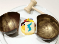 A blue unified flag of the Koreas that includes Takeshima sits atop the mango mousse to be served at the dinner reception after the Korean summit scheduled for April 27. (Provided by the South Korean Office of the President)