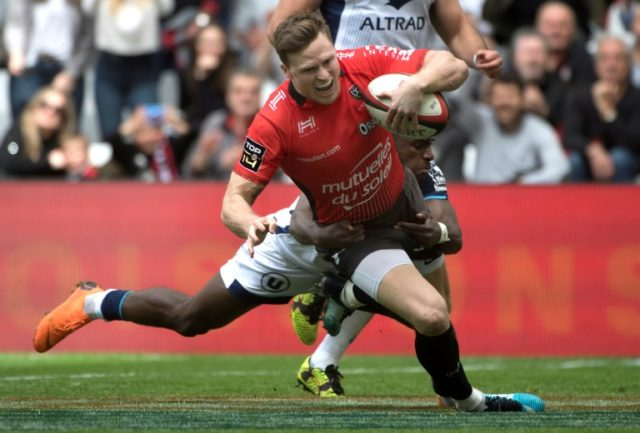 Toulon's Chris Ashton was too strong for Montpellier's Gabriel Ngandebe as he scored to break a French try record