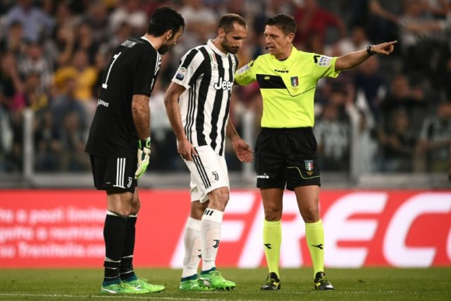 Juventus defender Giorgio Chiellini (C) leaves the pitch after injury during the side's Serie A match against Napoli at the Allianz Stadium in Turin on April 22, 2018