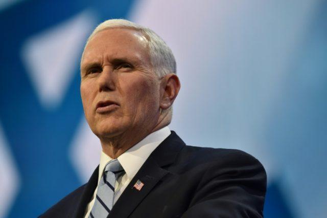 """O vice-presidente dos EUA, Mike Pence, descreveu uma caravana de imigrantes que se preparam para reivindicar asilo nos EUA como """"vítimas"""" de ativistas, contrabandistas e da mídia."""