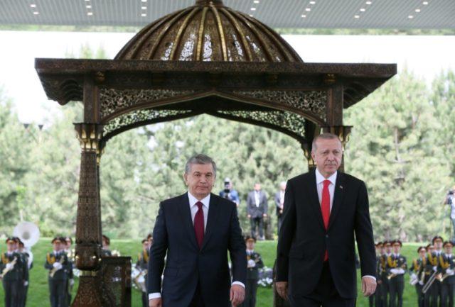 Turkish president Recep Tayyip Erdogan (r) and Uzbekistan President Shavkat Mirziyoyev in Tashkent