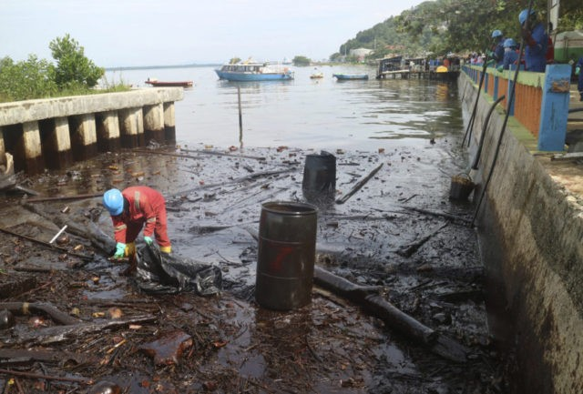 Oil spill fire chokes Indonesian port city; 4 dead