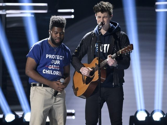 "Khalid, left, and Shawn Mendes perform ""Youth"" with the Stoneman Douglas choir, of the Marjory Stoneman Douglas High School, at the Billboard Music Awards at the MGM Grand Garden Arena on Sunday, May 20, 2018, in Las Vegas. (Photo by Chris Pizzello/Invision/AP)"