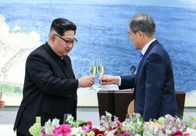 North Korea's leader Kim Jong Un (L) and South Korea's President Moon Jae-in (R) toast during the official summit dinner