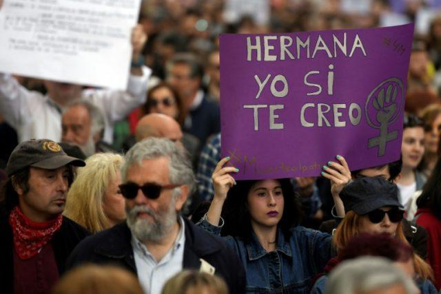 """Une manifestante brandit une pancarte """"soeur, moi je te crois"""", lors d'une manifestation le 4 mai à Madrid, contre un jugement disculpant de """"viol"""" cinq hommes se surnommant """"la meute""""."""
