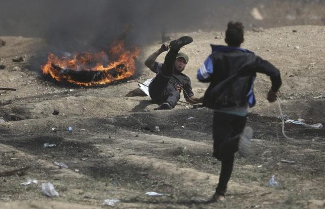 1 dead, dozens hurt by Israeli fire in Gaza border protest