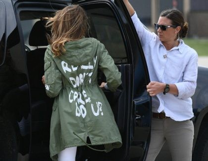 """US First Lady Melania Trump departs Andrews Air Rorce Base in Maryland June 21, 2018 wearing a jacket emblazoned with the words """"I really don't care, do you?"""" following her surprise visit with child migrants on the US-Mexico border. (Photo by MANDEL NGAN / AFP) (Photo credit should read MANDEL …"""