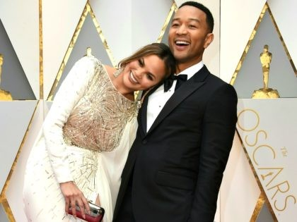John Legend (R) and US model and wife of John Legend Chrissy Teigen arrive on the red carpet for the 89th Oscars on February 26, 2017 in Hollywood, California. / AFP / VALERIE MACON (Photo credit should read VALERIE MACON/AFP/Getty Images)