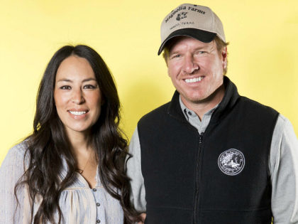 """In this March 29, 2016 photo, Joanna Gaines, left, and Chip Gaines pose for a portrait in New York to promote their home improvement show, """"Fixer Upper,"""" on HGTV. (Photo by Brian Ach/Invision/AP)"""