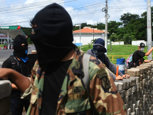 Students with homemade mortars remain at a barricade in the face of ongoing attacks from riot police and members of the Sandinista Youth, in the surroundings of the National Autonomous University of Nicaragua (UNAN), in Managua on June 23, 2018. - Nicaraguan police and paramilitary forces on Saturday opened fire …