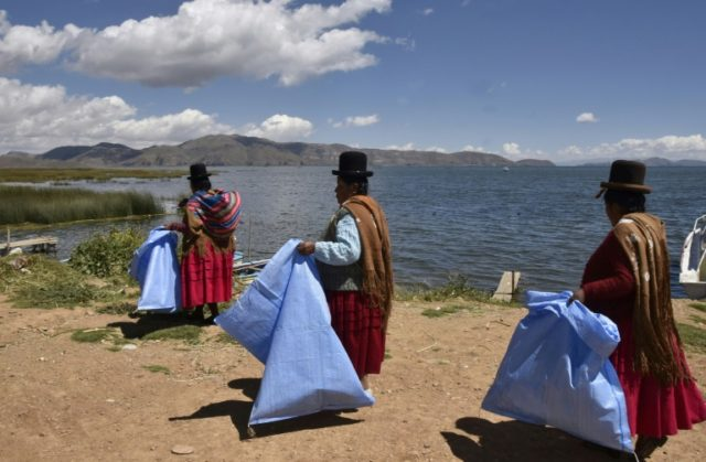 The women's efforts to clean up Lake Titicaca unfortunately may be just cosmetic, as wastewater from the surrounding region is pouring into the lake