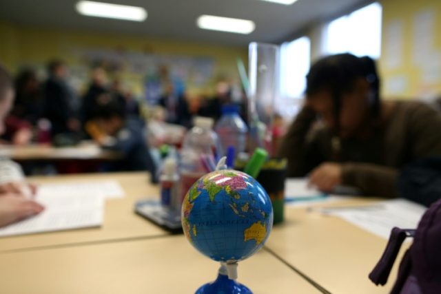 French MPs back ban on mobile phones in schools
