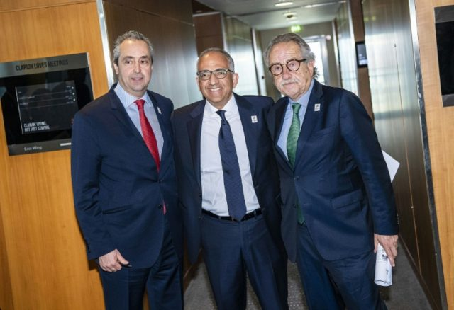 The North American bid leader Carlos Cordeiro (centre) has urged FIFA voters not to let politics cloud their decision