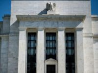 A unanimous vote from the US Federal Reserve to raise the benchmark lending rate brings the federal funds rate to a range of 1.75-2.0 percent,but the quarterly economic forecasts show central bankers now expect the rate to end the year at 2.4 percent