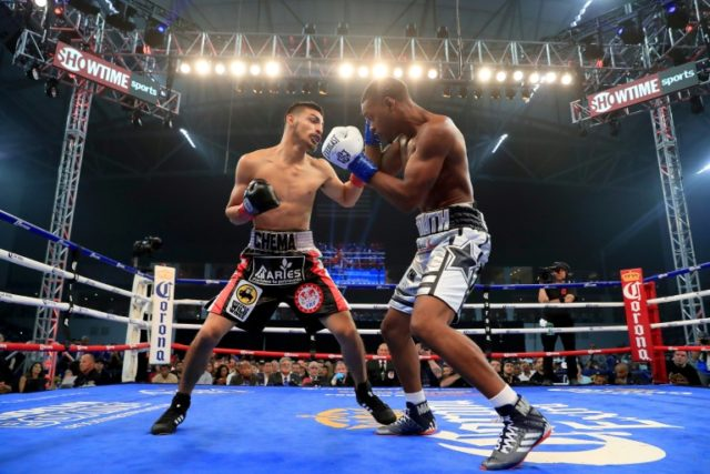 Errol Spence (R) improved to 24-0 with an easy first round knockout of Carlos Ocampo to retain his International Boxing Federation welterweight title