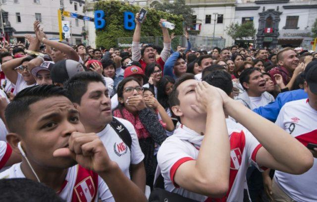 Aficionados peruanos miran el partido de su selección contra Francia en el Mundial, el 21 de junio de 2018 en Lima.