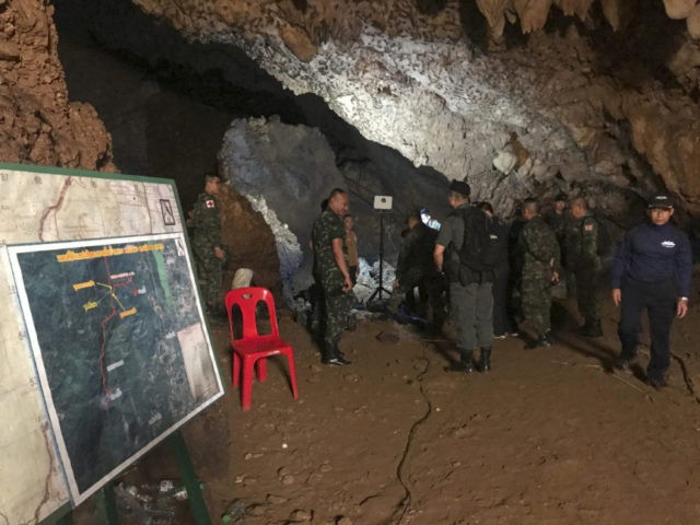 Divers re-enter Thai cave to search for 13 cut off by floods
