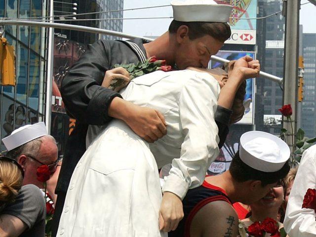 Kiss in Times Square (Mario Tama / Getty)