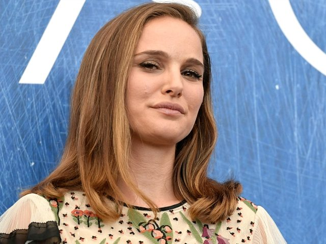 Actress Natalie Portman attends the photocall of the movie 'Jackie' presented in competition at the 73rd Venice Film Festival on September 7, 2016 at Venice Lido. / AFP / TIZIANA FABI (Photo credit should read TIZIANA FABI/AFP/Getty Images)