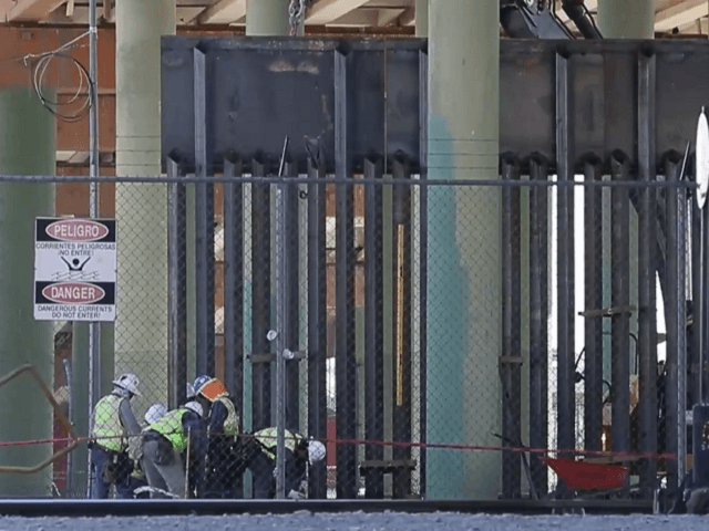 West Point Contractor construction workers begin building a four-mile segment of border wall in El Paso, Texas. (Image: El Paso Times video screenshot)