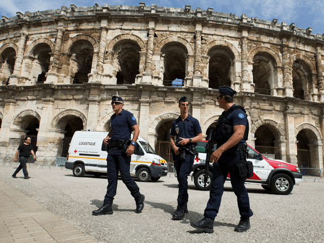 Two people injured in Nimes after auto  crashes into crowd