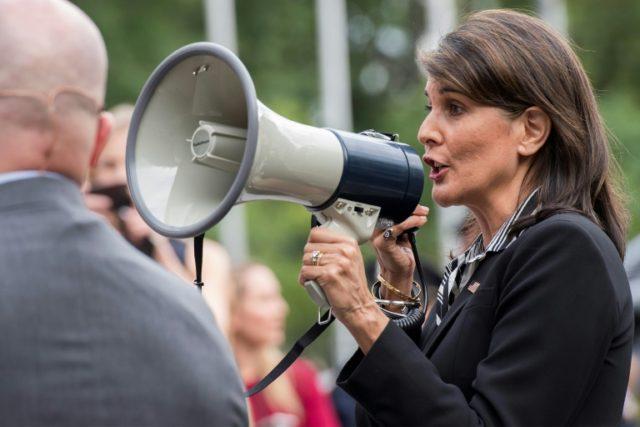 La embajadora de EEUU ante la ONU, Nikki Haley, habla a los manifestantes venezolanos que protestan contra el gobierno de Nicolás Maduro, frente a la sede de Naciones Unidas en Nueva York, el 27 de septiembre de 2018
