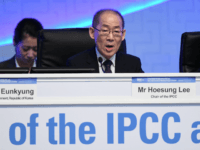 Hoesung Lee, chair of the IPCC, speaks during the opening ceremony of the 48th session of the Intergovernmental Panel on Climate Change (IPCC) in Incheon on October 1, 2018. - An executive summary of the UN special report on limiting global warming to 1.5 degrees Celsius is being vetted in …