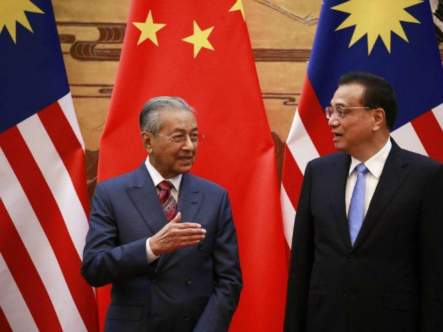 Malaysian Prime Minister Mahathir Mohamad (L) and his Chinese counterpart Li Keqiang chat during a signing ceremony at the Great Hall of the People (GHOP) in Beijing, China, 20 August 2018.(Photo by How Hwee Young - Pool/Getty Images)