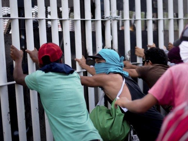 d9fd3d_central-american-migrant-caravan-53832-central-american-migrants-try