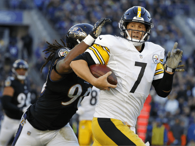 Quarterback Ben Roethlisberger #7 of the Pittsburgh Steelers is tackled as he runs with the ball by outside linebacker Za'Darius Smith #90 of the Baltimore Ravens in the fourth quarter at M&T Bank Stadium on November 4, 2018 in Baltimore, Maryland. (Photo by Scott Taetsch/Getty Images)