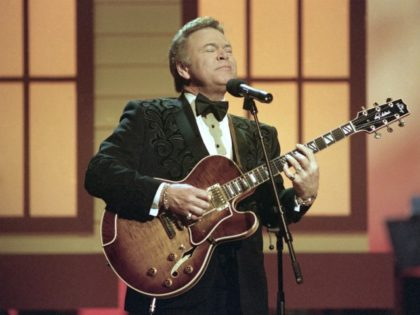 Roy Clark is shown on stage, May 7, 1992 in Nashville, Tenn. (AP Photo)