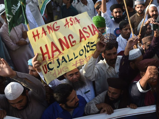 Supporters of Tehreek-e-Labaik Ya Rasool Allah, a hardline religious party, march during a protest in Lahore on October 19, 2018, demanding for hanging to a blasphemy convict Christian woman Asia Bibi, who is on death row. - The family of Asia Bibi, a Christian mother who faces becoming the first …