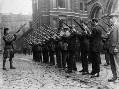 1914: Members of the London Scottish Regiment undertake rifle drill.. The London Scottish Regiment was formed by Lord Elcho, 10th Earl of Wemyss, in 1859 as the London Scottish Rifle Volunteers. They are affiliated to the Gordon Highlanders and wear the Elcho tartan (Hodden Grey). (Photo by Hulton Archive/Getty Images)