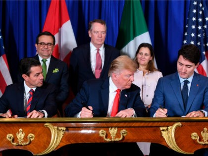 US President Donald Trump (C) and Canadian Prime Minister Justin Trudeau, sign a new free trade agreement in Buenos Aires, on November 30, 2018, on the sidelines of the G20 Leaders' Summit. - The revamped accord, called the US-Mexico-Canada Agreement (USMCA), looks a lot like the one it replaces. But …