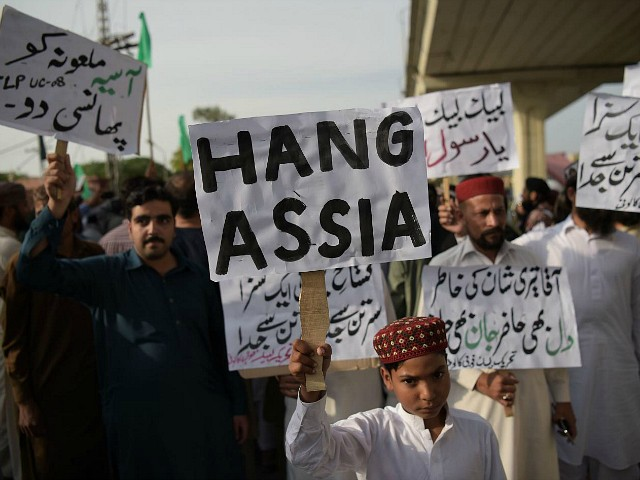 Supporters of Tehreek-e-Labaik Pakistan (TLP), a hardline religious political party hold placards as they march during a protest in Rawalpindi on October 12, 2018, demanding for hanging to a blasphemy convict Christian woman Asia Bibi, who is on death row. - Religious hardliners in Pakistan on October 10 threatened judges and announced protests as the country awaits a Supreme Court ruling on the fate of a Christian woman who faces becoming the first person to be executed for blasphemy. (Photo by AAMIR QURESHI / AFP) (Photo credit should read AAMIR QURESHI/AFP/Getty Images)