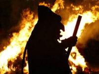 """Ein Maskentraeger im Kostuem der """"Offenburger Hexen"""" tanzt am Dienstag, 24.Februar 2009, vor einer brennenden Strohpuppe in Offenburg. Mit dem traditionellen Abbrennen einer Strohpuppe wird das Ende des Strassenkarnevals gefeiert. (AP Photo/Thomas Kienzle)--------A reveler wearing a witch costume dances in front of a burning straw muppet in Offenburg, southwestern Germany, …"""